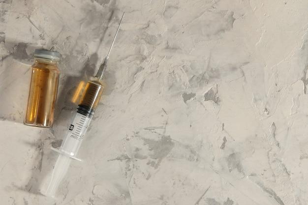 中毒性のある薬。ヘロインは明るい具体的な背景ではありません。薬物中毒の概念。上からの眺め。テキスト用のスペース
