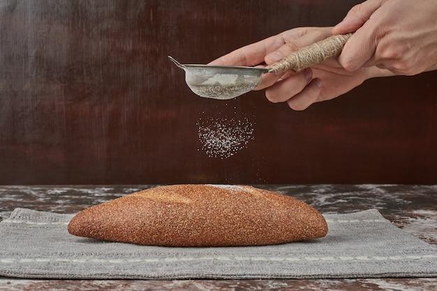 パンに粉を少し加える