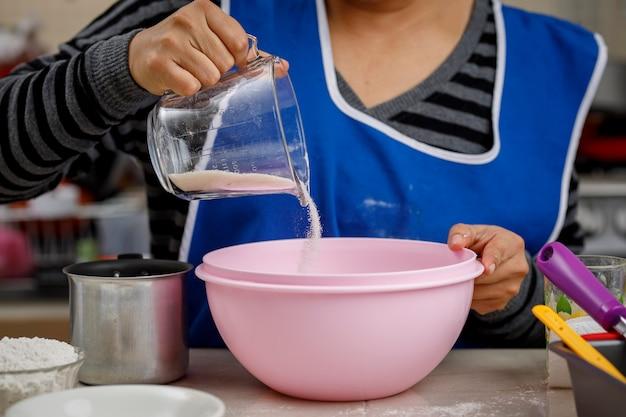 Добавляем муку в миску, чтобы приготовить банановый блин. концепция домашней выпечки