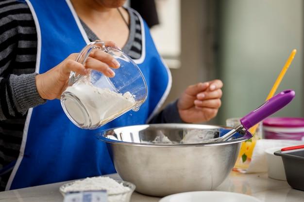 Добавьте муку в мерный стакан, чтобы приготовить банановый блин.