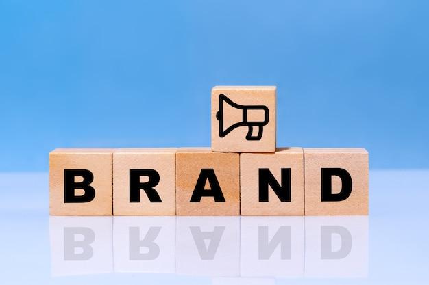 Добавление символа мегафона в качестве концепции повышения узнаваемости бренда