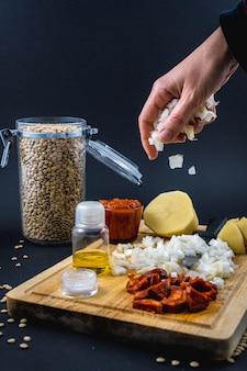 材料に玉ねぎを加える。スペインのレンズ豆料理の自家製レシピ