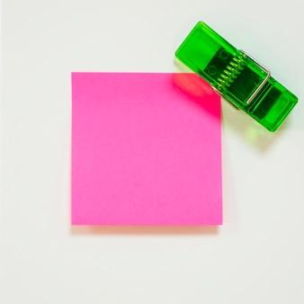 Nota adesiva e staffa verde