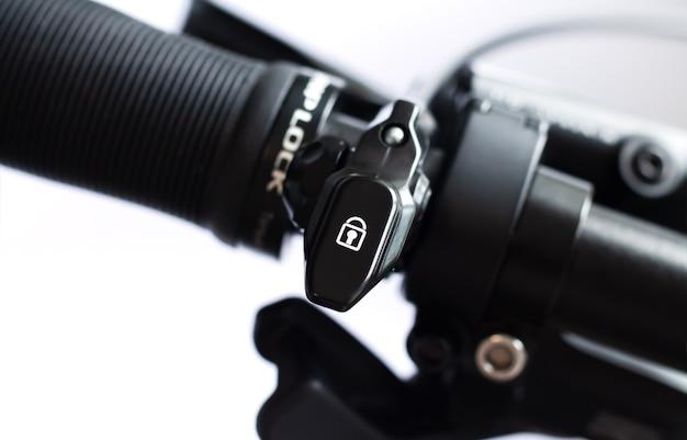 自転車のハンドルバーにあるmtbマウンテンバイク用の調整可能なフロントフォークレバーリモートコントロールロックアウトスイッチ