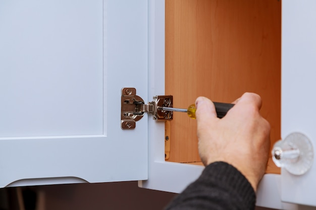 Регулировка крепежной двери кухонного шкафа