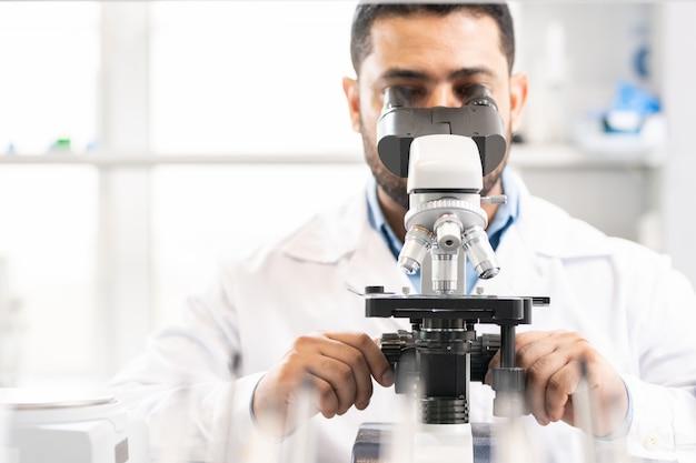 実験室での顕微鏡の調整