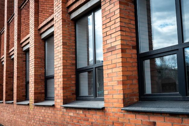 Административное здание. кирпичный дом с окнами.