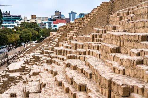 페루 리마에 있는 huaca pucllana의 adobe 피라미드