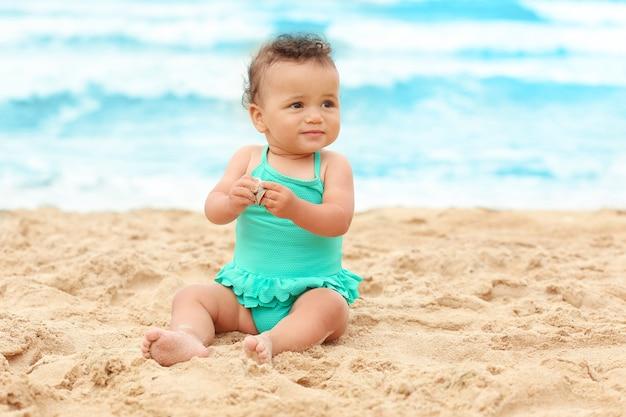해변에서 사랑스러운 아프리카 계 미국인 여자