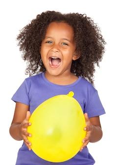 흰색 위에 절연 노란 풍선과 함께 사랑스러운 아프리카 소녀