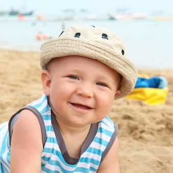 Очаровательный мальчик на песчаном пляже