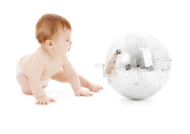 흰색 위에 큰 디스코 공 사랑스러운 아기
