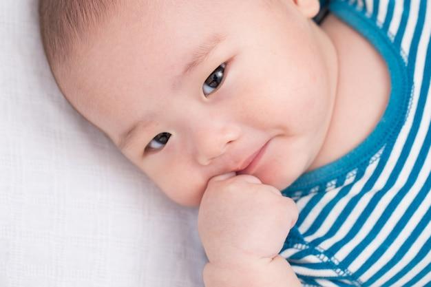 愛らしい赤ちゃんは混乱を感じる
