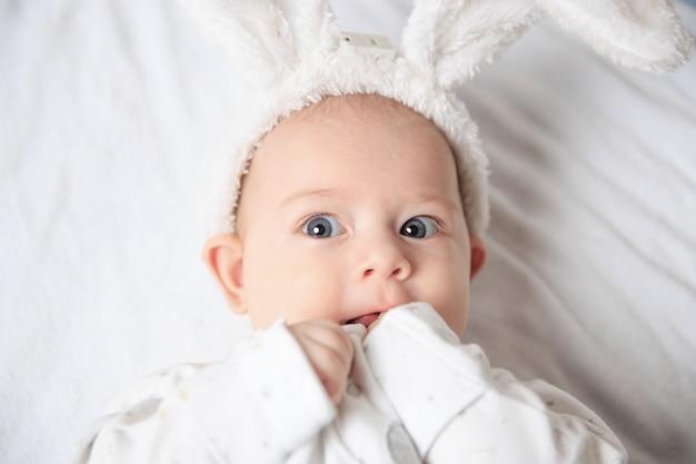Очаровательный малыш в костюме кролика ..