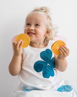 食べ物で遊ぶ愛らしい赤ちゃん