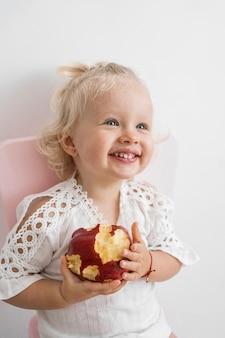 Очаровательный ребенок, играющий с едой