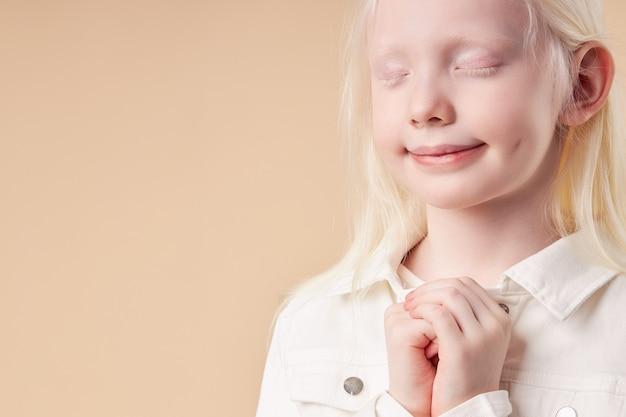 白い髪の色と目を閉じて肌のスタンドを持つ愛らしい美しい子の女の子