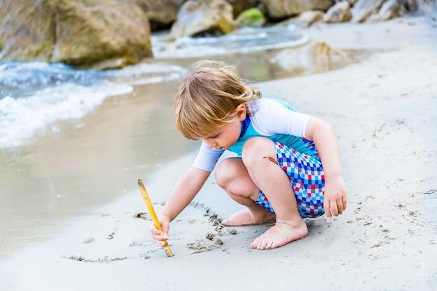 사랑스러운 금발 유아 소년 해변에서 해변에서 재생