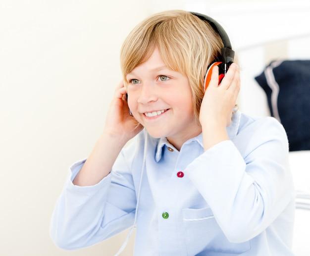 愛らしい男の子の音楽を聴く