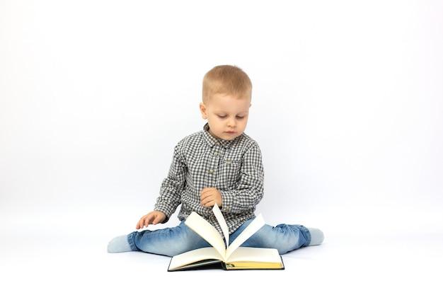 흰색 배경 위에 공부하는 사랑스러운 소년