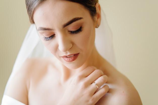 Очаровательная невеста готовится утром