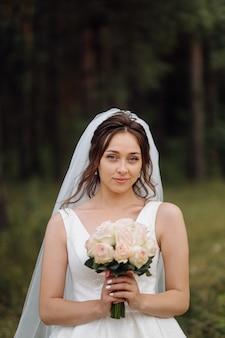 愛らしい花嫁が朝の準備をしています