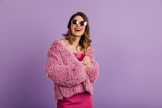사랑스러운 갈색 머리 여자 핑크 코트를 입으십시오