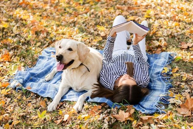 公園で女性と愛らしい犬