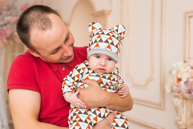愛らしい白人の赤ちゃんと彼の父親。生後3ヶ月の男の子の肖像画。
