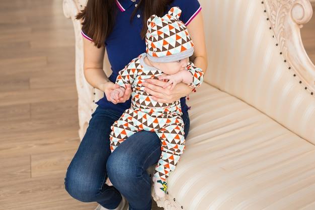 彼の母親と一緒に愛らしい白人の赤ちゃん。屋内で生後3ヶ月の男の子の肖像画