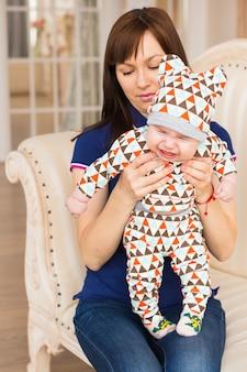 彼の母親と一緒に愛らしい白人の赤ちゃん。生後3ヶ月の男の子の肖像画
