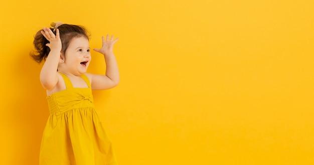 Прелестный ребенок позирует с копией пространства