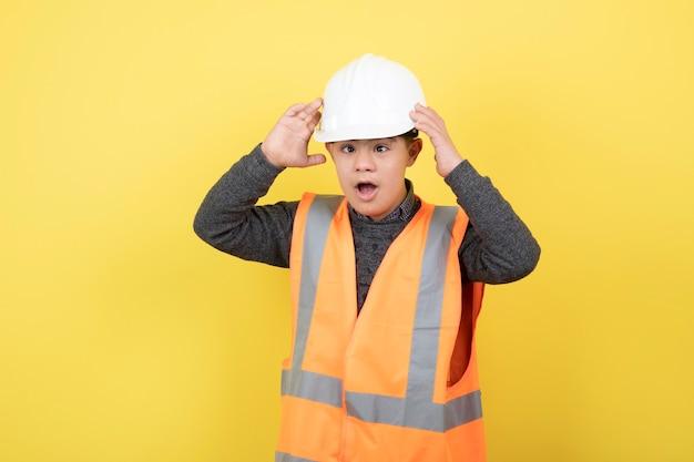 Очаровательны строитель в жилете безопасности в шлеме.
