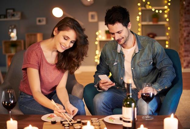 집에서 식사를 하는 사랑스러운 커플
