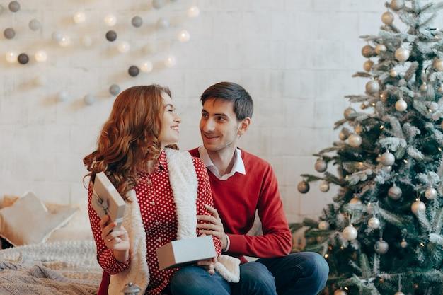 Очаровательная пара открывает рождественские подарки