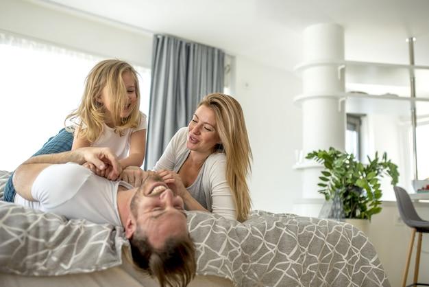 Очаровательная пара играет и хорошо проводит время со своей дочерью