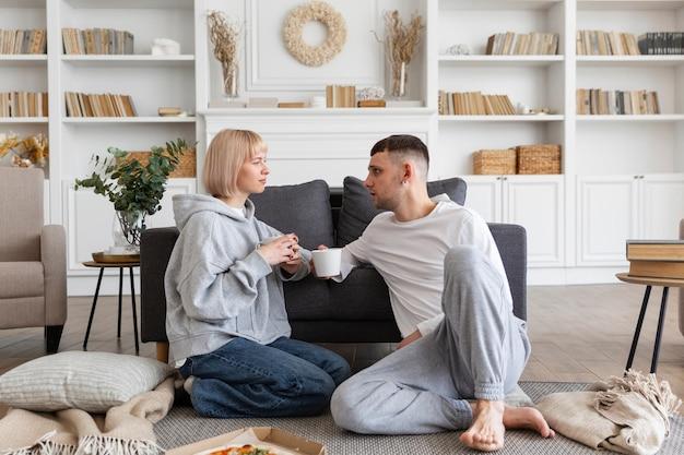 家で一緒に充実した時間を過ごす愛らしいカップル