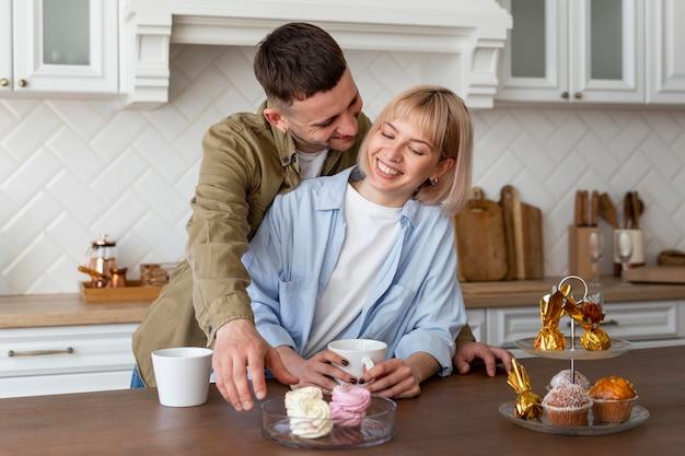 Очаровательная пара, проводящая время вместе дома