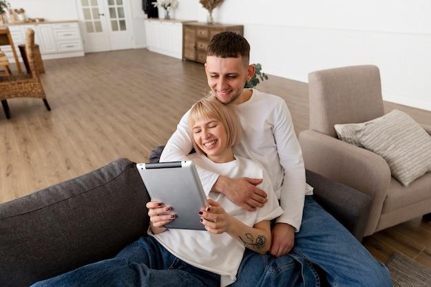 Coppia adorabile trascorrere del tempo insieme a casa