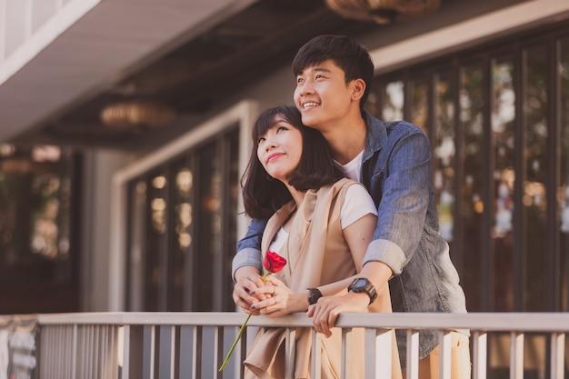 손에 장미와 함께 사랑스러운 커플