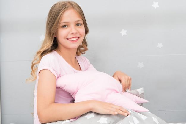 あなたの子供部屋のための愛らしいクッション。女の子の子供はかわいい枕を抱きしめます。彼らが抱きしめるのが大好きなかわいい子供用枕。装飾的な枕を見つけて、部屋に楽しみを加えてください。幸せな子供時代の居心地の良い家。