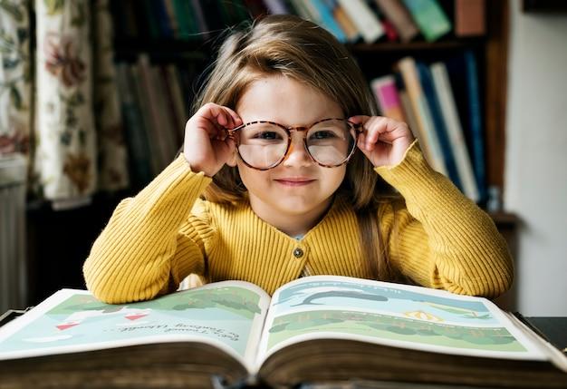 Adorabile ragazza carina che legge il concetto di narrazione