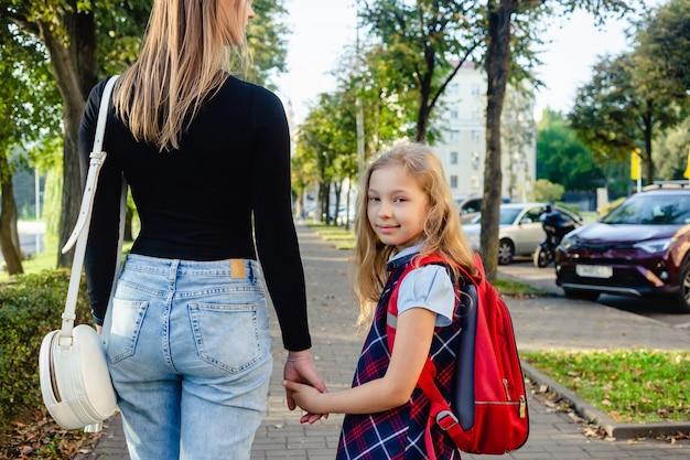 学校から戻ることに興奮している愛らしいかわいい女の子