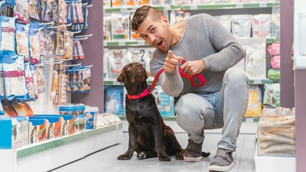 Очаровательная собака с владельцем в зоомагазине