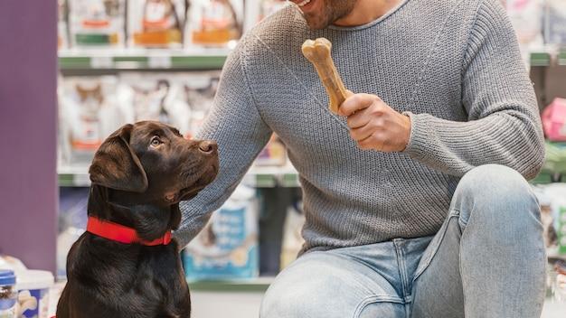 ペットショップで飼い主と一緒に愛らしい犬