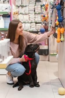 Adorabile cane con il proprietario presso il negozio di animali