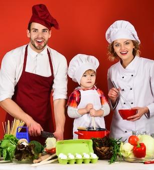Очаровательная семья завтракает счастливая семья ест на кухне милая семья завтракает дома