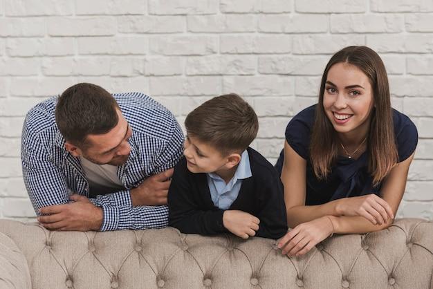 Очаровательная семья родителей с сыном