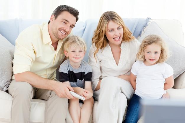 愛らしい家族見ているテレビ
