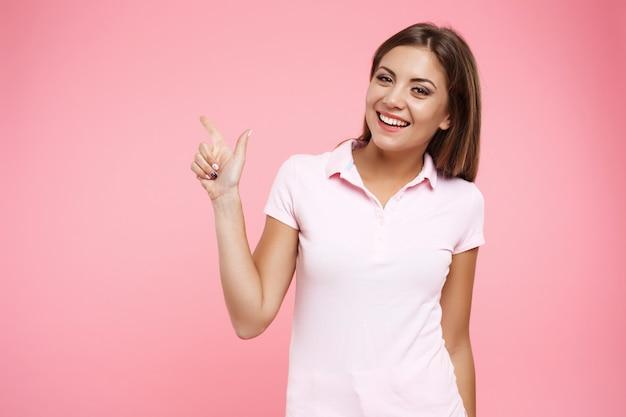 ピンクの壁でポーズスポーツoutfutで愛らしい少女